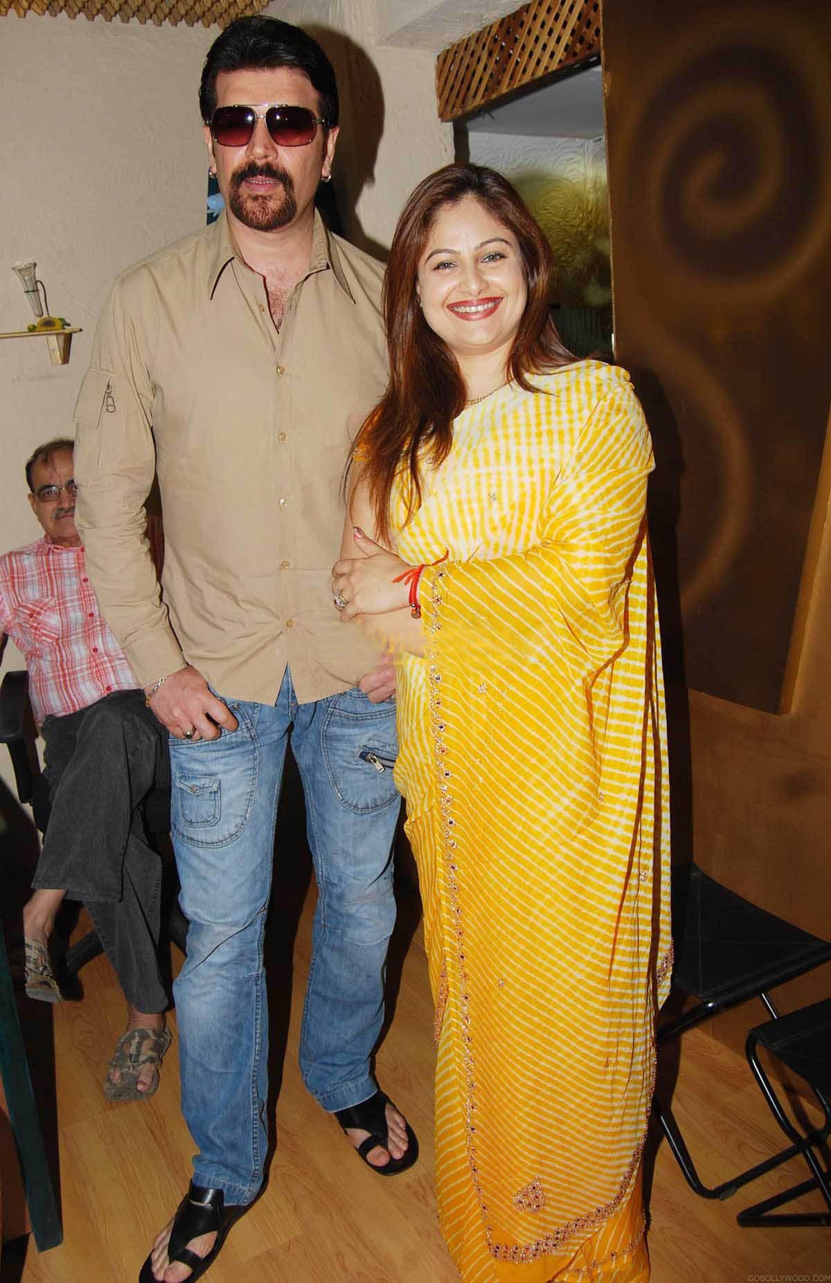 Ayesha Jhulka With Aditya Pancholi Photo Sheclick Com