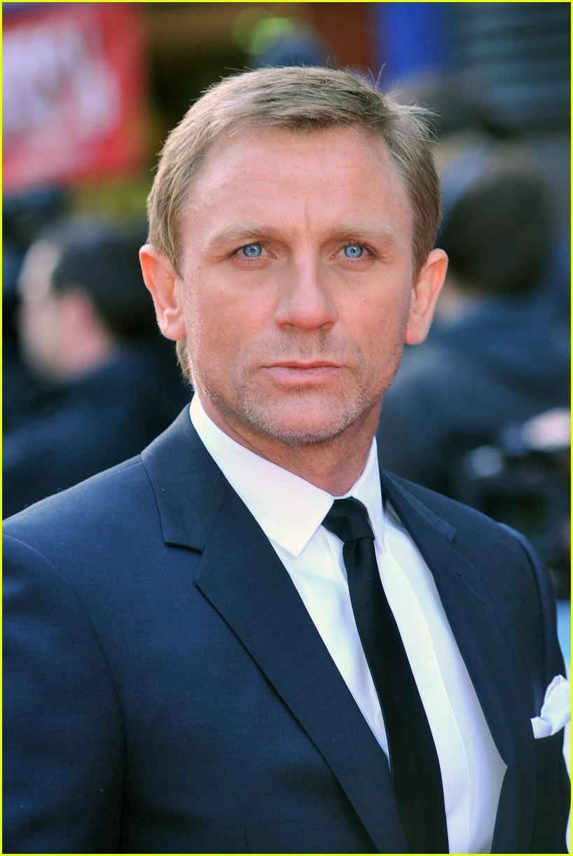 Daniel Craig Blues Eyes Color And Blue Suit Dress