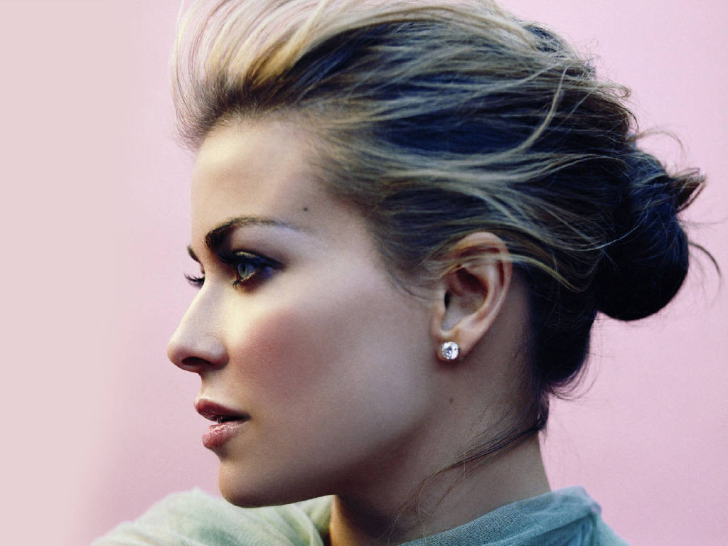 Types Of Mattresses >> Carmen Electra Beautiful Hairstyle - SheClick.com