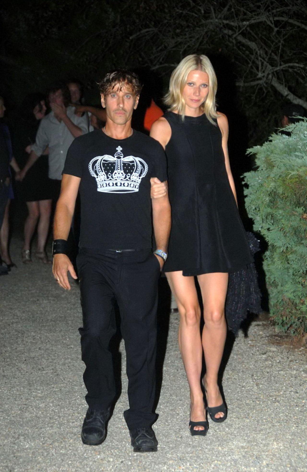 Gwyneth Paltrow With Friend Sheclick Com