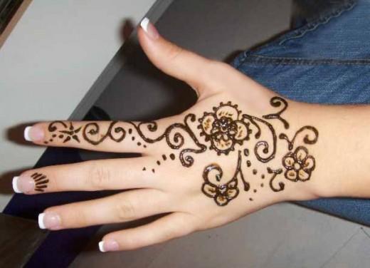 Simple Mehndi Design on Back Hand for Summer